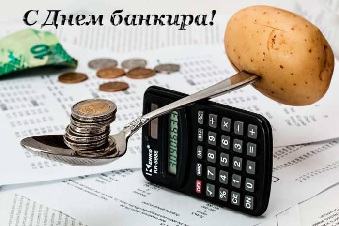 калькулятор на столе работника банка